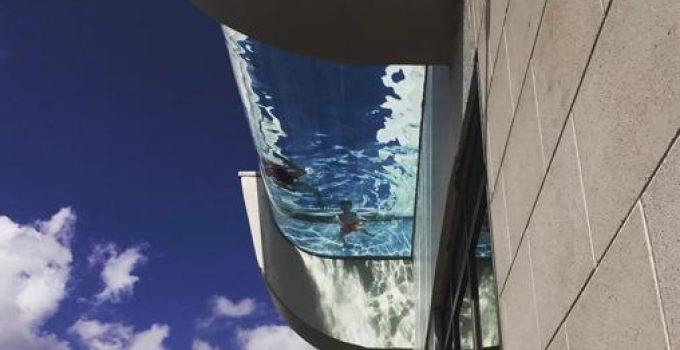 Una piscina con fondo de vidrio en el cielo de Houston